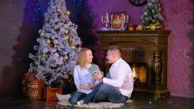 A mulher dá o presente do Natal a seu marido amado na Noite de Natal video estoque