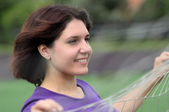 Mulher da aptidão atrás da rede dos esportes Foto de Stock Royalty Free