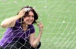 Mulher da aptidão atrás da rede dos esportes Fotografia de Stock