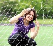 Mulher da aptidão atrás da rede dos esportes Imagens de Stock Royalty Free