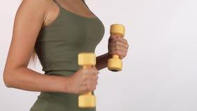 Mulher da aptidão com levantar peso apto do corpo isolado no branco vídeos de arquivo
