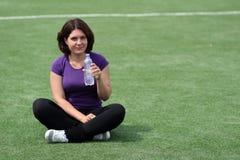 Mulher da aptidão com o frasco da água Fotografia de Stock
