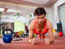 A mulher da aptidão de Crossfit empurra levanta o exercício da flexão de braço Imagem de Stock