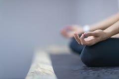 Mulher da aptidão do esporte que faz exercícios da ioga no Gym, menina saudável nova do close up que senta Lotus Pose imagem de stock