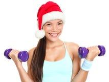 Mulher da aptidão do Natal que desgasta o chapéu de Santa Fotos de Stock
