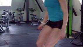 A mulher da aptidão faz o exercício do crossfit video estoque