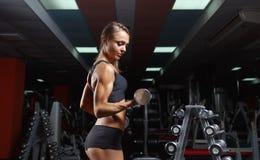 Mulher da aptidão no gym imagens de stock
