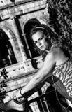 Mulher da aptidão perto de Colosseum em Roma, Itália que amarra laços imagem de stock royalty free
