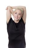 Mulher da aptidão que estica os braços foto de stock