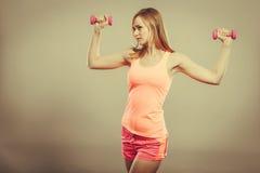 Mulher da aptidão que exercita com pesos Imagem de Stock Royalty Free