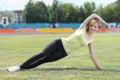 Mulher da aptidão que exercita fora Imagem de Stock Royalty Free