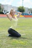 Mulher da aptidão que exercita fora Fotos de Stock Royalty Free