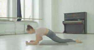 Mulher da aptidão que faz esticando o exercício dos pés vídeos de arquivo
