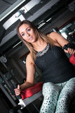 A mulher da aptidão que faz o Abs exercita no gym Imagem de Stock Royalty Free