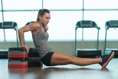 Mulher da aptidão que faz o exercício do tríceps em deslizante Fotografia de Stock