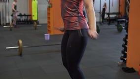 Mulher da aptidão que faz o exercício dobro da corda de salto filme