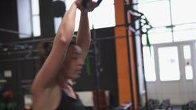 Mulher da aptidão que faz o kettlebell para balançar o treinamento transversal no gym filme