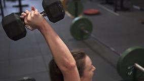 Mulher da aptidão que faz o treinamento transversal tornado mais pesado de sentar-UPS no gym video estoque