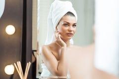 Mulher da beleza após o banho Fotos de Stock