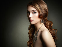 Mulher da beleza com cabelo encaracolado longo Menina bonita com h elegante Imagens de Stock Royalty Free