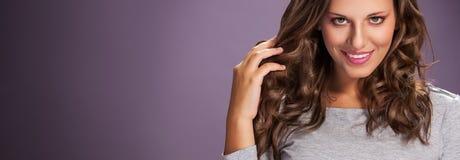 Mulher da beleza com cabelo preto liso saudável e brilhante longo Mulher com cabelo saudável imagens de stock