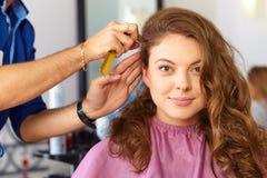 Mulher da beleza com cabelo preto liso saudável e brilhante longo Corte de cabelo da mulher combing Imagem de Stock