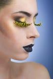 Mulher da beleza com chicotes amarelos longos e os bordos pretos imagem de stock