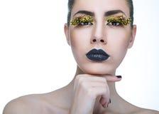 Mulher da beleza com chicotes amarelos longos e os bordos pretos Fotografia de Stock