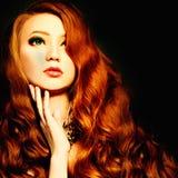 Mulher da beleza com composição e cabelo encaracolado vermelho imagens de stock royalty free
