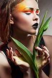 Mulher da beleza com flores do grupo Composição profissional Imagem de Stock
