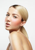 A mulher da beleza com pele e a rosa ideais cora foto de stock royalty free
