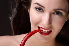 Mulher da beleza com pimenta foto de stock