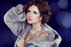 Mulher da beleza do inverno em Mink Fur Coat luxuosa. Imagem de Stock