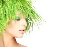 Mulher da beleza da natureza com cabelo fresco da grama imagens de stock royalty free