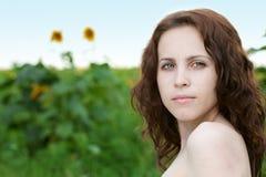 Mulher da beleza no girassol Fotos de Stock Royalty Free