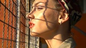 Mulher da beleza no posto de gasolina video estoque
