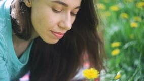 Mulher da beleza no prado rapariga bonita ao ar livre Aprecie a natureza Menina de sorriso saudável que encontra-se na grama verd filme