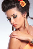 A mulher da beleza olha sobre o ombro imagens de stock