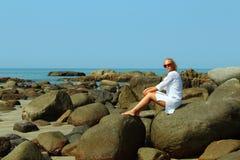 Mulher da beleza perto do mar Foto de Stock