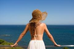 Mulher da beleza que aprecia a vista do mar Mediterrâneo. Espanha Imagens de Stock Royalty Free