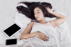 Mulher da beleza que dorme na cama Imagem de Stock