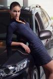 Mulher da beleza que levanta ao lado de seu carro foto de stock royalty free