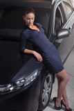 Mulher da beleza que levanta ao lado de seu carro foto de stock