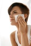Mulher da beleza que limpa a pele fresca bonita com o tecido absorvente Imagens de Stock Royalty Free