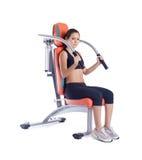 Mulher da beleza que senta-se no exercitador Fotografia de Stock