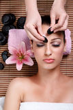 Mulher da beleza que tem o tratamento facial imagens de stock