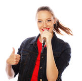 Mulher da beleza que veste o t-shirt vermelho com microfone Imagens de Stock Royalty Free