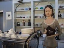 Mulher da boneca na barra na cozinha Foto de Stock Royalty Free