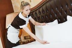 Mulher da camareira no serviço de hotel Foto de Stock