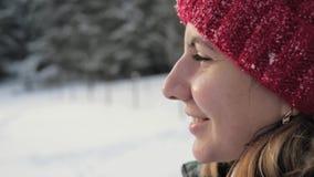 Mulher da cara da opinião lateral do close up no inverno na rua que olha na distância filme